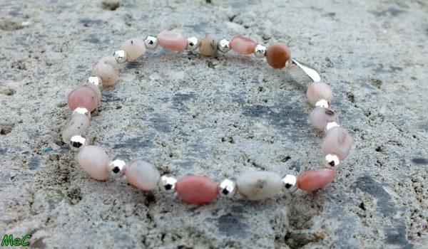 Bracelet opale rose perles argentées mineraux et cristaux